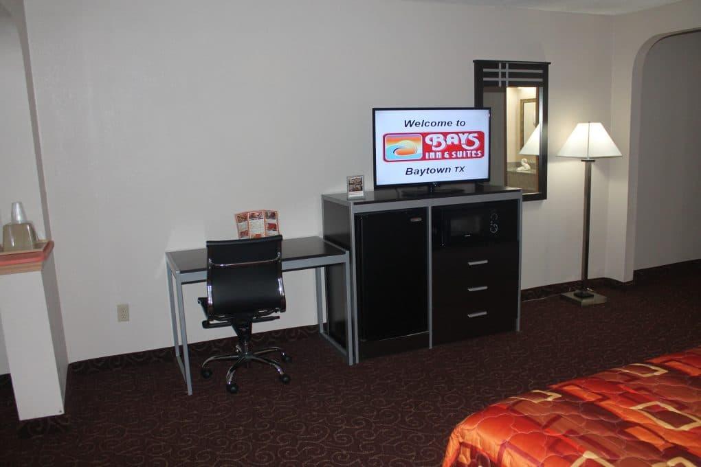 king-mini-suite-tv-fridge-pose